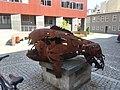 Rzeźba na ulicy Kominka, widok z boku.jpg