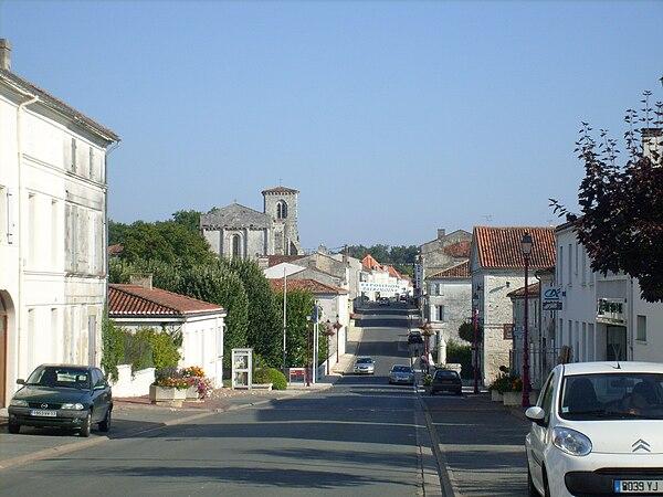 La rue Nationale, en centre-ville, et l'église Saint-Porchaire au dernier plan.