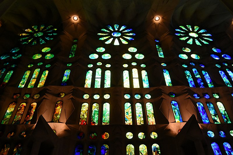 File:Sagrada Famiia, stained glass windows (8) (30468921053).jpg