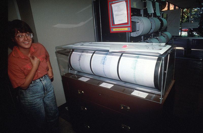File:SeismographLomaPreitaQuakeSeismologistSmile.jpg