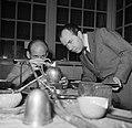 Sigvard Bernadotte bij een zilversmid die het door hem ontworpen melkkannetje aa, Bestanddeelnr 252-8881.jpg