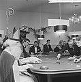 Sint bezoek gebracht aan Badhotel te Zandvoort, Sint Nicolaas aan de speeltafel, Bestanddeelnr 917-1831.jpg