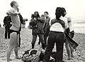 Snel aankleden na de traditionele duik op nieuwjaarsdag in de Noordzee. Geschonken in 1986 door United Photos de Boer bv. Identificatienummer 54-005740.JPG