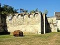 Soissons (02), abbaye Saint-Jean-des-Vignes, muraille avec mâchicoulis, vue depuis l'intérieur de l'intérieur de l'enclos 1.jpg