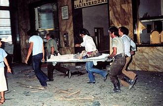 Bologna massacre - Rescuers carrying a victim