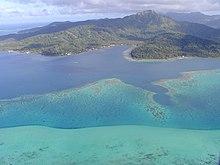 Photographie en couleurs, représentant une île.