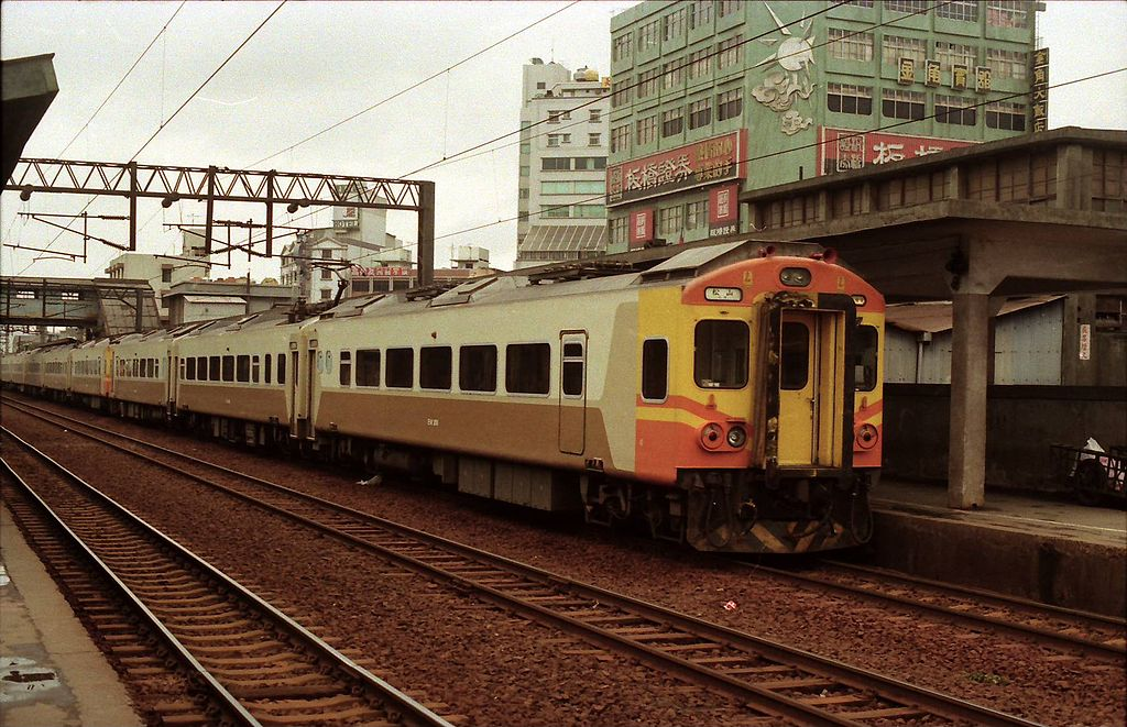 https://upload.wikimedia.org/wikipedia/commons/thumb/d/dd/Taiwan_Railway_Administration_EMU_206_Banqiao_1989.jpg/1024px-Taiwan_Railway_Administration_EMU_206_Banqiao_1989.jpg