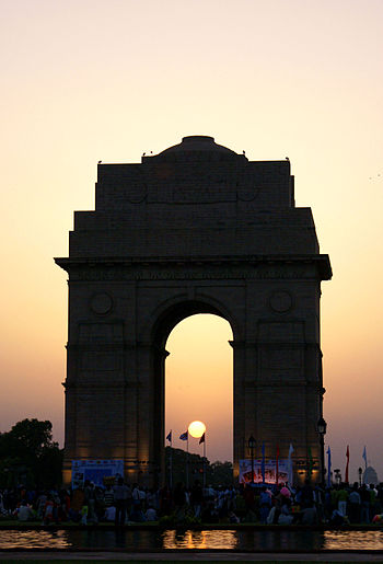 The sun sets behind the India Gate in New Delhi in 2007.JPG