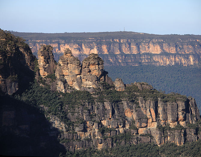 English: Three sisters in Katoomba in the Blue...