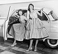 Tonårsmode, Nordiska Kompaniet. Två modeller i klänningar vid bil - Nordiska museet - NMA.0037207.jpg