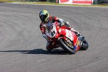 Bayliss in piega con la sua Ducati 999 F07 a Brands Hatch nel corso del Mondiale Superbike 2007