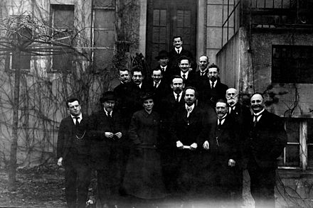On the edge of the Leipzig congress of the USPD in December 1919 recorded group photo with members of the National Executive, other prominent party members and the guest delegates of the SDAP Austrian Friedrich Adler (fourth from left), including Arthur Crispien, Wilhelm Dittmann, Lore Agnes, Richard Lipinski, William Bock, Alfred Henke, Frederick Geyer, Curt Geyer, Fritz Zubeil, Fritz Kunert, Georg Ledebour and Emanuel Wurm USPD-Vorstand.jpg