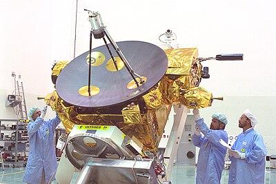 Techniciens en train d'intégrer le satellite américano-européen Ulysses