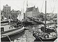 Vaar- en monumentendagen waaraan zo'n 150 antieke vaartuigen uit het hele land deelnamen. De drukte op het Spaarne ziende vanaf het Donkere Spaarne naar het westen, naar het Korte Spaarne. NL-HlmNHA 54034059.JPG