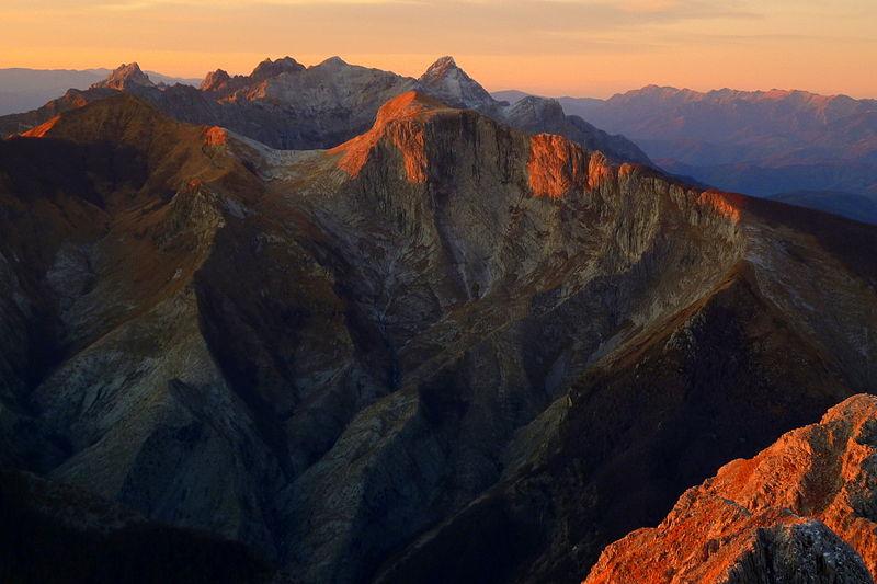 File:Veduta panoramica delle Alpi Apuane al tramonto.JPG