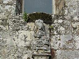Virgen situada en la portada del templo