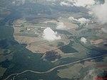 Vista aérea da foz do Rio Jaguari Mirim, desaguando no Rio Mogi Guaçu e da Academia da Força Aérea (AFA) em Pirassununga, local base da Esquadrilha da Fumaça. Em 1971 a Academia foi transferida do - panoramio (1).jpg