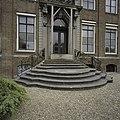Voorgevel, detail- voordeur met natuurstenen bordes - Koudekerke - 20378325 - RCE.jpg