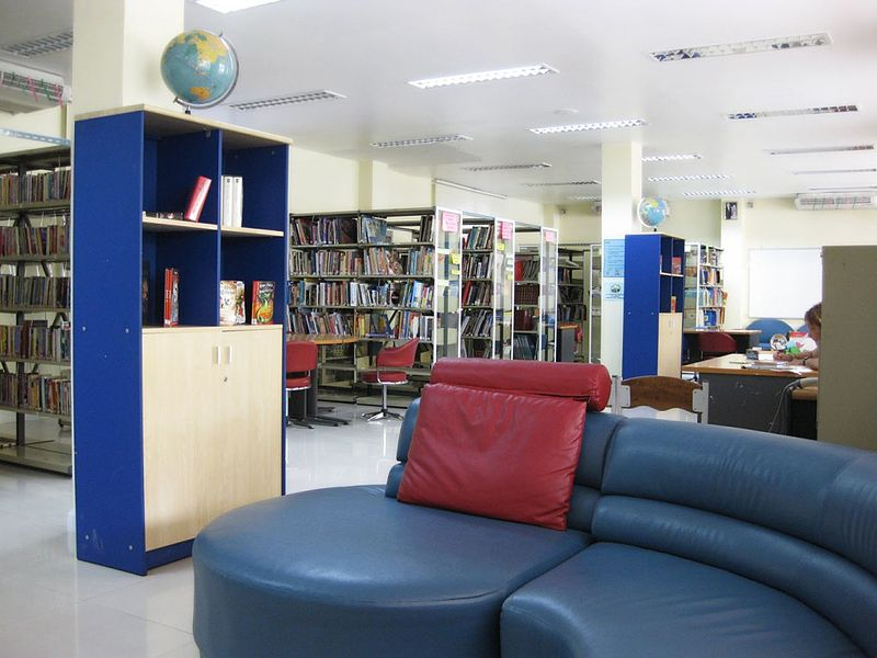 File:Wells International School - Library.jpg