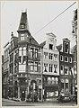 Zicht op straathoek met winkels in grachtenhuizen - Amsterdam - 20319567 - RCE.jpg