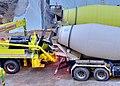 Zwei Betonfahrmischer vor Betonpumpe.jpg