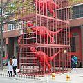 Zwei Meter große rote gefangene Dinosaurier - panoramio.jpg