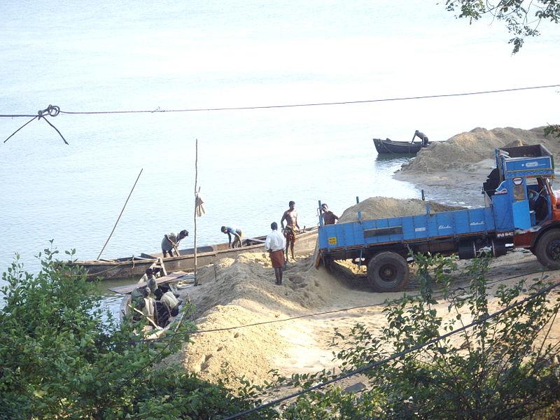 Sand mining on the west side of the Mabukala bridge in Karnataka, India. Photo credit: Rudolph A Furtado/Wikimedia Commons PD-self
