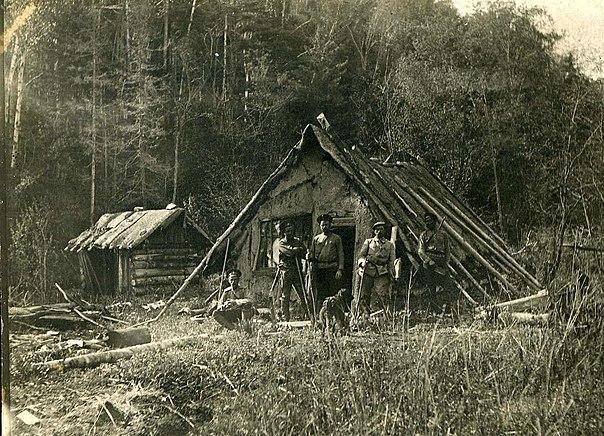 Участники первой секретной экспедиции у зверовой фанзы в тайге. В. К. Арсеньев — крайний слева (сидит)