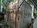 Могила Иванова, вид сбоку на заднюю часть надгробного памятника.jpg