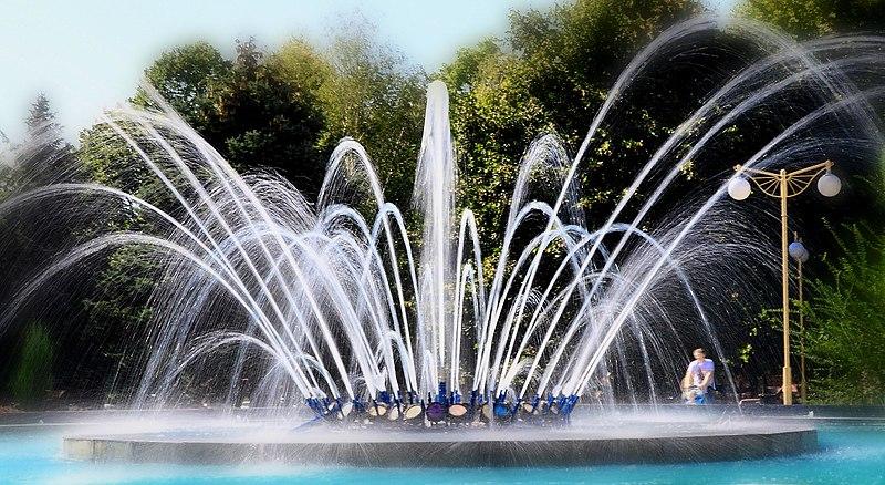 File:Прогулка мимо фонтана по ул. Тургеньева (краснодар) - panoramio (3).jpg