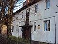 Рельеф с изображением двух детей над входом в жилой дом 03.jpg