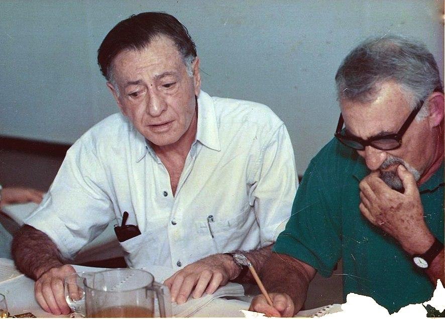 """נסים אלוני (משמאל) ואבנר חזקיהו בחזרות להצגה """"החולה המדומה"""""""