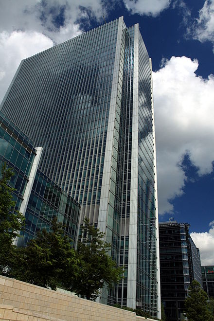 The headquarters of Clifford Chance in Canary Wharf, London 10 Upper Bank Street in London, spring 2013.JPG