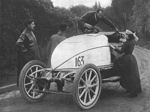 "Hubert Le Blon - Hubert and Mme Le Blon with their Serpollet ""Oeuf de Pâques"" (Easter egg) at the Gaillon Hill climb in 1902"