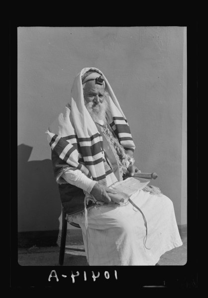 File:Abram (Yemenite Jew) with book in hand, reading scroll (Magella) with phylacteries on forehead LOC matpc.19300.tif