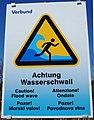 Achtung Wasserschwall Zeichen, 3-sprachig, Kärnten.jpg