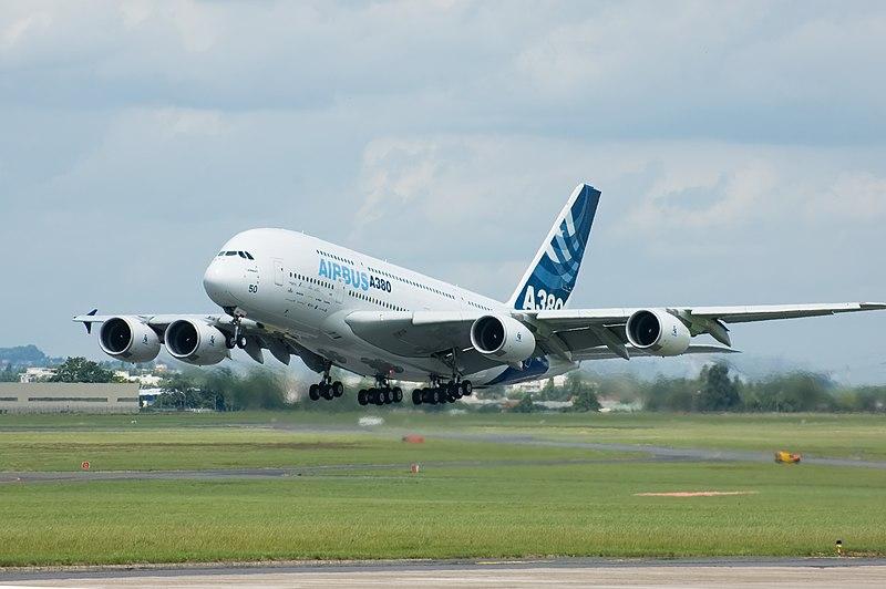El Airbus A380-800 con los colores de la empresa europea Airbus, despegando en el París Air Show de 2007.