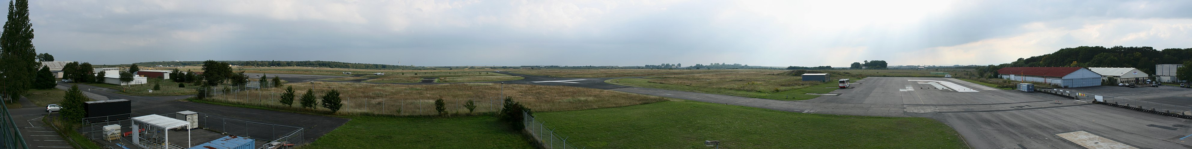 Airfield Mainz Finthen partial Panorama.jpg