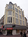 foto van Voormalige winkel met magazijn, nu winkel met bovenwoning