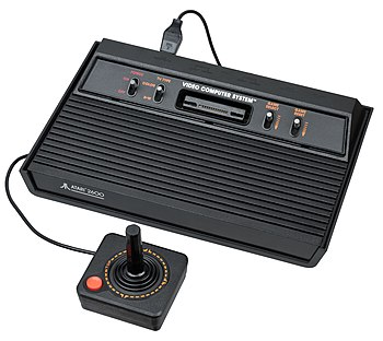 English: An Atari 2600 video game console, sho...