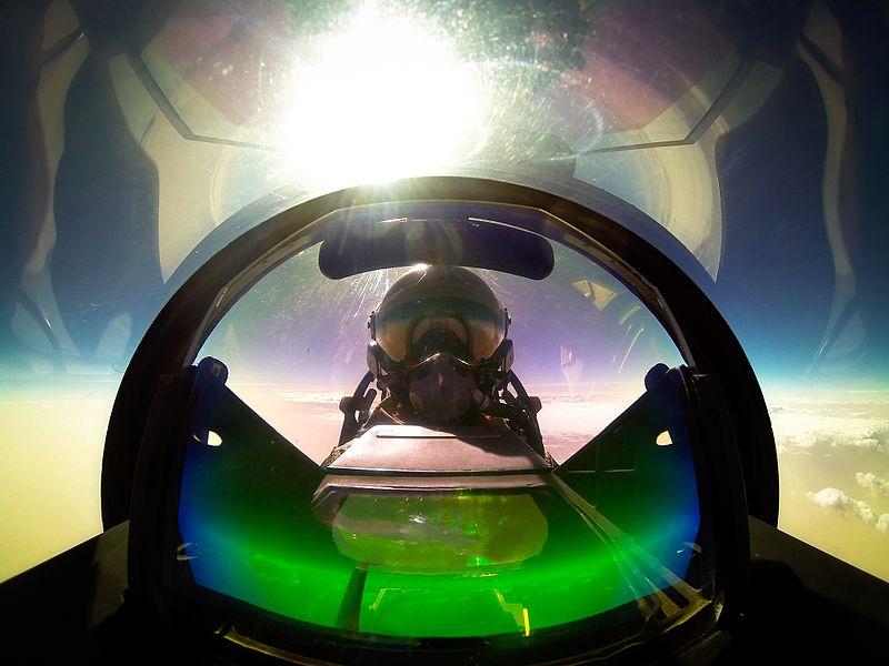 File:Autoportrait de Marty, pilote du Rafale solo display.jpg
