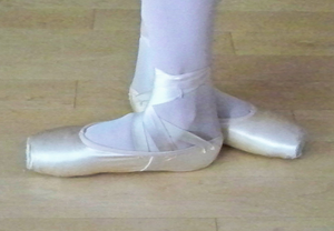 Positions of the feet in ballet - Third position