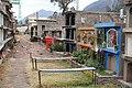 Begraafplaats Urumbamba, straatje met graven.jpg