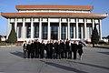Beijing, Ofrenda Floral Mausoleo Mao Zedong (10961772934).jpg