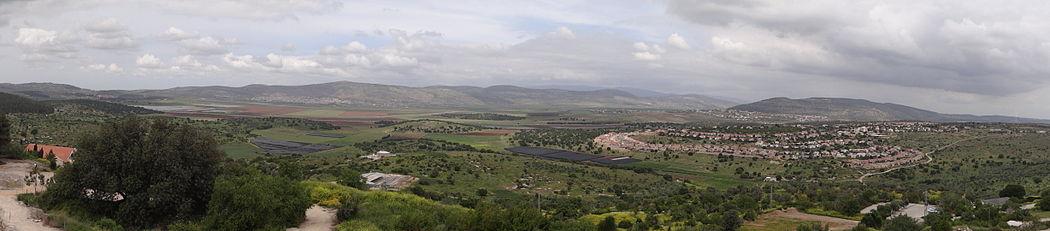 תצפית מעיר העתיקה ציפורי לעבר בקעת בית נטופה מימין היישוב הושעיה
