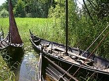 Trois petits bateaux dans une eau peu profonde