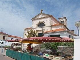 L'église de Brétignolles et la place centrale où a lieu le marché.