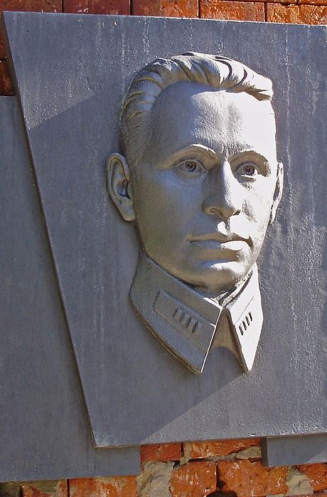 Fomin's memorial relief on the left side of the outside facade of the Kholm Gate in the Brest Fortress. Br fom.jpg