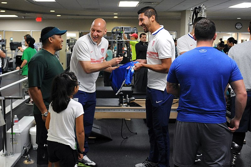 File:Brad Guzan and Omar Gonzalez sign autographs at Walter Reed 150903-D-FW736-007.JPG