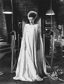 L'iconico aspetto della moglie di Frankenstein nel film.